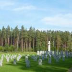 Seit 2007 befinden sich 33 Schriftstelen mit den Namen der toten Soldaten vom Waldfriedhof Riga auf der Gedenkstätte Riga Beberbeki