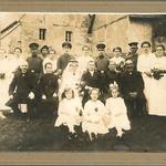 Hochzeitsfoto zur Hochzeit von Margarethe Kolbe und Arthur Fischer, ca. 1920 in Großbardau. Ganz links ist wieder Milda Bräuer, verh. Neitsch zu sehen.