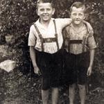 Kurt und Ernst Neinaß im Gutspark von Großenhagen.