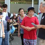 Stellvertretend für die Klasse 6.3 nahm Herr Schöne (re.) mit zwei Schülern das Preisgeld für den Sieg beim Fußballturnier entgegen.