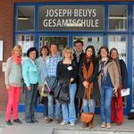 Die am Projekt teilnehmenden Lehrer/-innen mit Frau Brochhagen-Klein (2. v. li.) vor der Gastgeberschule