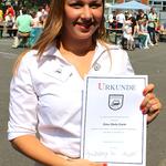Schülerin Anna Maria Sturm erhielt ebenfalls eine Anstecknadel samt Urkunde für ihre Verdienste.