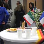 Die Flaggen der Partnerländer zierten das Büffet und die geschmückten Tische nach den Vorführungen der DG-Kurse.
