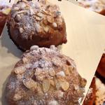「チョコアーモンド」 中にチョコを入れ、アーモンドクリームをのせて外はサクサクに中はやわらかいパン 6個 ¥3500