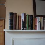 In diesem kleinen Häuschen steht ein Kamin mit Büchern.