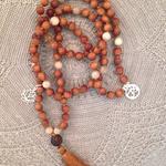 Malas sind buddhistische Gebetsketten welche gerne im Yoga zum Rezitieren von Mantras benutzt werden. Lerne im Kurs deine eigene Mala zu knüpfen. Im Atelier SilberGlanz in Hinwil im Zürcher Oberland finden regelmässig Kurse statt.