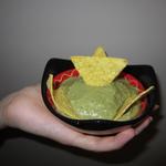 Guacamole maison et tortillas chips de maïs