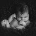 Neugebores, monochrom, Babyshooting, Neugeborenenfotograf, Hamburg, Rosengarten, Seevetal, Buchholz, natürlich, schlafend, Newborn
