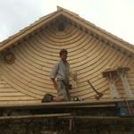 """Während der Ausbildung """"Tavilloneur"""" arbeitete ich mit Vincent Gachet - Tavilloneurmeister - an dieser Fassade im Jura."""