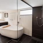 Bad mit Wanne und geräumiger Dusche