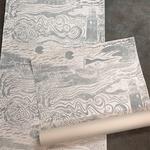 BALTIC SEA in Jensengrau ist eine handgedruckte Tapete von PRINT GARDEN Tapetenmanufaktur in Hamburg