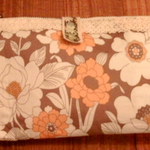 これは大人っぽい雰囲気の輸入物のリバティの花柄のエレガントで落ち着いた雰囲気の長財布です。