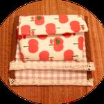 これはプリチーなりんご柄の1つ折りの財布です、小銭入れもついてます。
