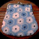 インポートのリバティのさわやかな淡いブルーに花柄の生地で作ったミニサイズのがま口、マチなしです。