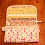 これが財布を開けたところ、蓋のう裏にもカードポッケ付き、収納がたっぷりあるので、これだけでお出かけOKかも。