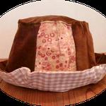 茶色のコーディロイとピンクの小花のコーデュロイの帽子です、内布はコットンリネンのベージュのチェック生地です、