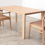 こちらはオーク材。スッキリとしたデザインに、温かみのある雰囲気を持ち合わせたテーブルです。