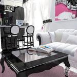 Дизайн зоны домашнего кинотеатра в стиле арт деко, черный столик, белый диван, черная кухня