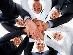 Titelbild der Kategorie Trainings Personalentwicklung - Menschen im Kreis, Hände übereinander gelegt