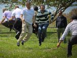 Titelbild der Kategorie Outdoor Teambuilding, Menschen beim Seilspringen