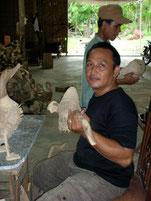 Endkontrolle der Figuren in unserem Lager in Yogyakarta.