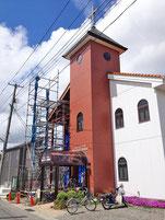 教会左側部分の拡張工事のための足場が組まれる。
