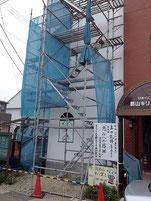 外壁左側面の工事も進む。