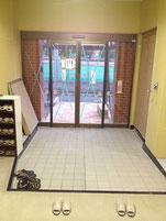 従来の入口より広くなり自動ドアが設置された。