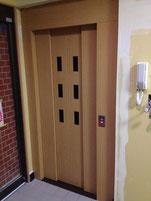 教会入口・玄関入って左側にエレベータが設置、稼働し始めました。