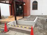 駐車場右側からの通路スロープ部分の工事も進む。