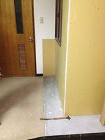 教会入口・玄関入って右側に下駄箱設置するためのスペースが確保されました。