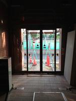 従来の入口のドアの跡がまだ残る。
