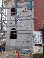 窓を除いて外壁は全て組み上がる。