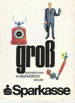 Groß schreibt man den Kundenservice bei der Sparkasse (Plakat 83x63 cm von 1968).