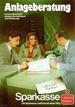 Anlageberatung. Unsere Mitarbeiter beraten Sie individuell und fachkundig. Mit den besten Empfehlungen. Sparkasse. Die Sparkasse weiß immer einen Weg (Plakat DinA4 verm. 1975).