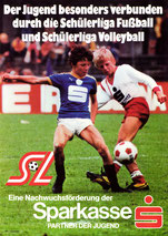 Der Jugend besonders verbunden durch die Schülerliga Fußball und Schülerliga Volleyball. SL Eine Nachwuchsförderung der Sparkasse. Partner der Jugend (Plakat DinA4 um 1970).