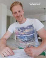 Sebastian Schlumberger bei seiner Vertragsunterzeichnung für den VfL Germania Leer
