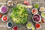 tanti piatti con frutta e agrumi vari