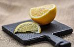 limone a fette su un tagliere nero
