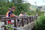 その川を渡る橋の上で小休憩(^^)