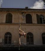 Sandra unterrichtet Specials und verbindet Workout mit Pole bei unseren Polefitness Klassen.