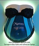 Babybauch Gipsabdruck in blau türkis mit schwarzer Spitze verziert, als Wandlampe gestaltet und auf einer Rahmenplatte angebracht, babynamen, Geburtsdatum des Babys, Glanzlack