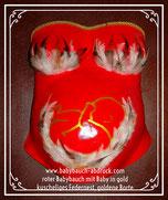 roter Bauch knallrot wie Feuer mit BH aus Federn Federnet am Babybauch in dem ein Baby liegt Babyskizze in gold, goldene Posamentenborte als Abschluss am Dekollete