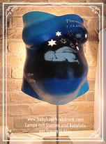 besondere Anfertigung eines Babybauch Gipsabdrucks in verschiedenen Blautönen, Nacht, Sterne ausgebohrt, als Lampe, Babyfoto