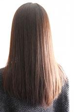 髪の毛をカットしようと思っている女性