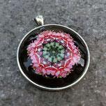 Cabochon Anhänger mit einem Mandala in der Fassung, aus dem Material Metall in der Farbe Silber, in der Größe 40mm