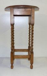 Blumenhocker, gedrehte Beine, Runde Platte, Eiche, € 125,00