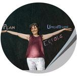 Sylvia Jungo in bester Laune, Arme ausgestreckt, Workshop Deine Webseite-Dein Erfolgserlebnis, Jungo-Grafik