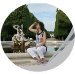 Kreis mit Foto von Frau auf Brunnen sitzend in Ferne blickend, Workshop SEO, Jungo-Grafik
