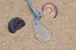 Pendentif verre poli, blanc, gravé flocon, monté sur cuir bleu clair